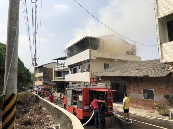 消防隊不到30分内撲滅火勢,清理火場卻赫見屋主女兒燒死房間内。(彰化縣消防局提供)