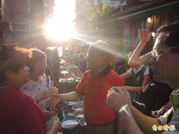 蘇貞昌馬不停蹄,趕在夕陽落山前,到中和台茂市場掃街爭取支持。(記者翁聿煌攝)