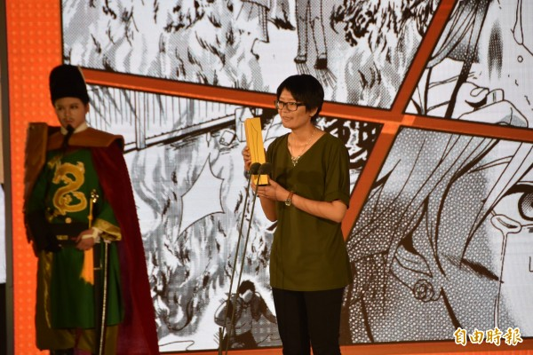 漫畫家英張(持獎座者)執行跨界漫畫創作,將影視作品〈天黑請閉眼〉畫成圖像,拿下第9屆金漫獎漫畫新人獎肯定。(記者吳柏軒攝)