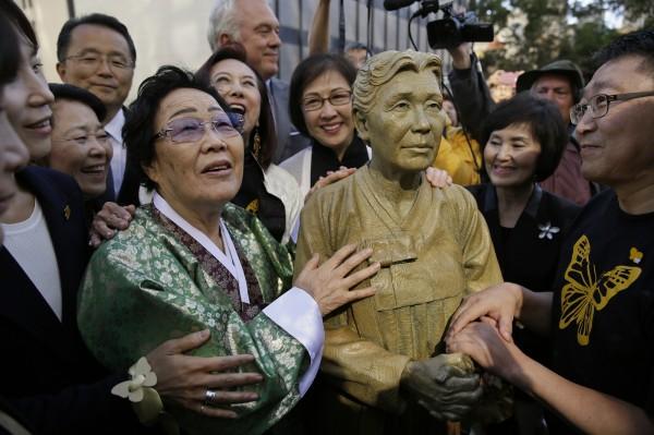 這座引發爭議的慰安婦雕像由舊金山當地華裔和韓裔團體設置在私有土地上,去年10月宣布贈與舊金山市。(美聯社)