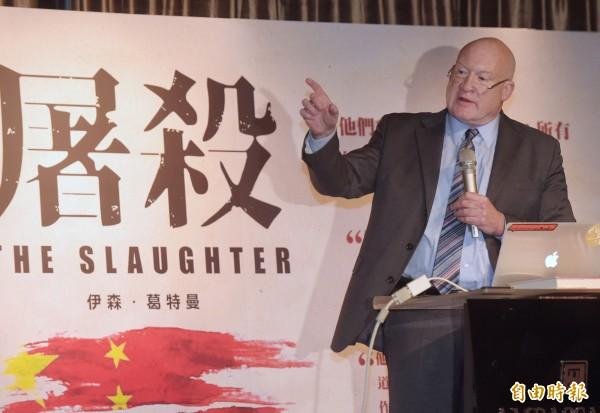 《屠殺》作者伊森.葛特曼2日下午在台北國賓飯店召開國際記者會,面對媒體提問「是否認為柯文哲是騙子?」葛特曼回答:「YES!」(記者黃耀徵攝)