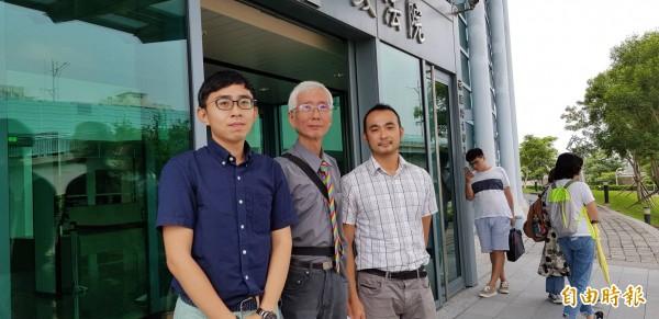 祁家威(中)聲請停止執行「反同婚公投」中選會會議結論,被台北高等行政法院駁回。(資料照)