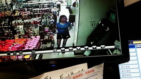 越南籍的武女到超商ATM領女兒從越南匯來的「孝親費」,沒想到馬上被警方當成詐欺車手逮捕。(記者王捷翻攝)