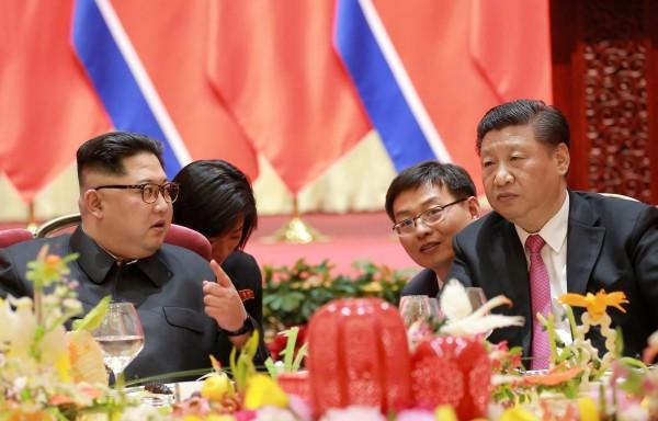 南韓一項民調顯示,民眾認為對朝鮮半島和平造成最大威脅的國家並非北韓,而是中國。圖為北韓領導人金正恩與中國國家主席習近平。(法新社)