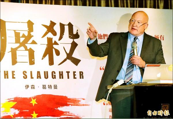 《屠殺》作者伊森.葛特曼昨在台北召開國際記者會,指稱台北市長柯文哲是騙子。(記者黃耀徵攝)