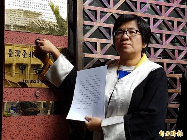 彰化縣長參選人、律師黃文玲告發葛特曼違反選罷法。(記者謝君臨攝)