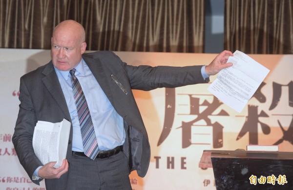 《屠殺》作者伊森.葛特曼2日舉行國際記者會,說明書中內容。(資料照,記者黃耀徵攝)