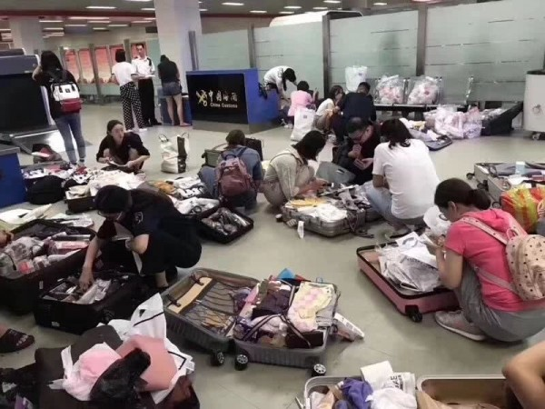上海浦東機場「一班航班查了100多個代購,排隊等待交稅」。(香港《星島日報》)