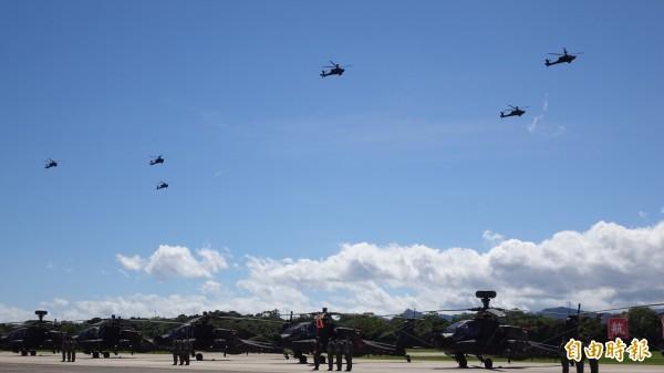 國軍昨(1)日演練,桃園龍潭有里長抗議空軍戰鬥機噪音,也提醒里民接下來幾天還會有。圖為陸軍航空601旅AH-64E阿帕契攻擊直昇機編隊飛行。(資料照)