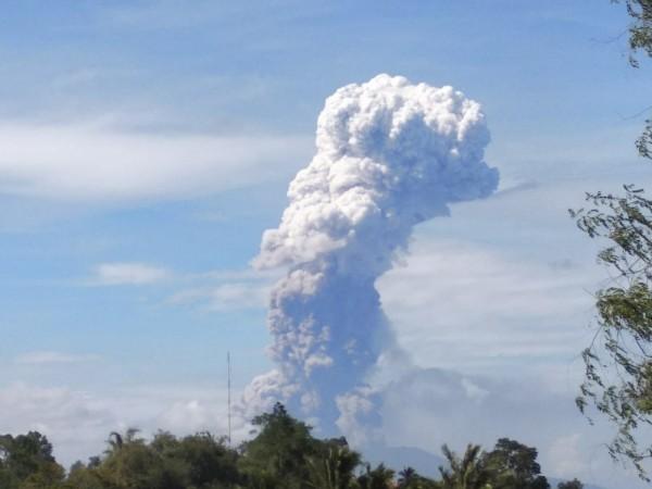 蘇拉威西島北方的索普坦火山(Soputan)今早突爆發,火山灰衝上4000公尺高。(歐新社)