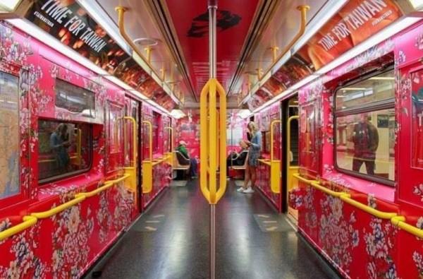 紐約地鐵的台灣主題車廂,內裝是客家花布圖案。(圖擷自臉書)