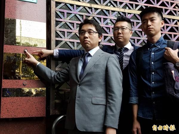 柯文哲委任律師陸正義(左一)控告葛特曼公然侮辱。(記者謝君臨攝)