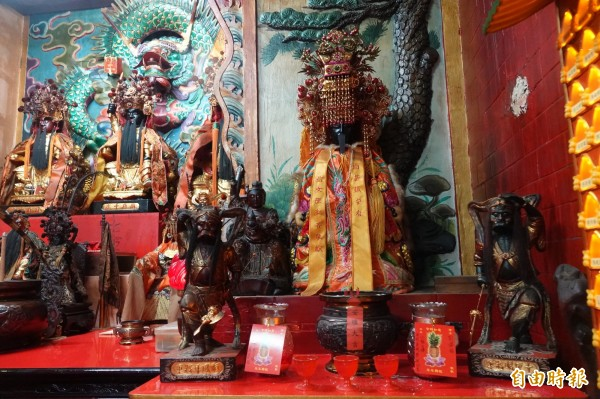 廟內媽祖神像上的金牌,被宋男偷走。(記者吳昇儒攝)