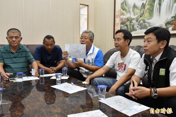 雲林縣議員蔡東富(中)要求雲林縣環保局擴大稽查鄰近工廠、畜牧場是否有偷排、偷燒情況。(記者黃淑莉攝)