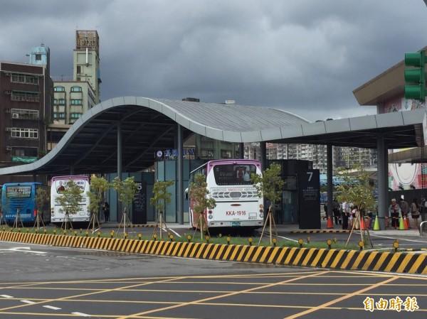 基隆國光客運臨時站遮蔽不足,民眾日曬雨淋。(記者盧賢秀攝)