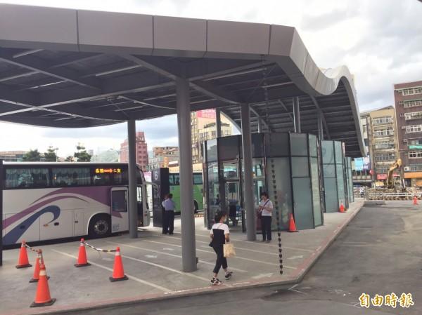 基隆市議員批評國光客運臨時站連座椅都沒有,長者不便。(記者盧賢秀攝)