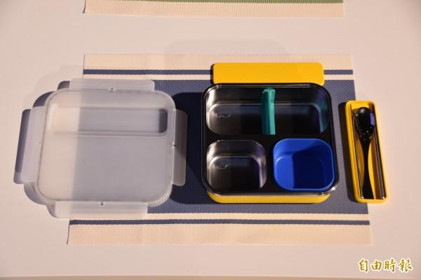 灃食公益飲食文化教育基金會找設計師謝榮雅設計可攜式分隔餐盤,避免學童的營養午餐通通混在一起,影響食物風味。(記者吳柏軒攝)