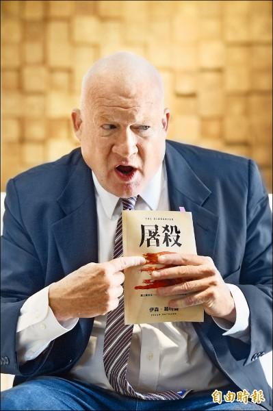 《屠殺》作者伊森.葛特曼接受本報記者專訪表示,今年收到一封電郵,改變了他對台北市長、醫師柯文哲的觀感。(記者羅沛德攝)