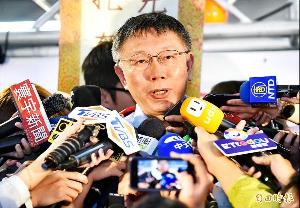 台北市長柯文哲要求葛特曼在廿四小時內道歉未果,今天將由競選辦公室發言人陪同委任律師,赴台北地檢署按鈴申告。(記者劉信德攝)