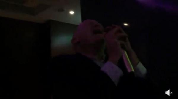 《屠殺》作者伊森.葛特曼造訪台灣KTV,並在燈光昏暗的包廂內高歌一曲。(圖擷取自葛特曼臉書)