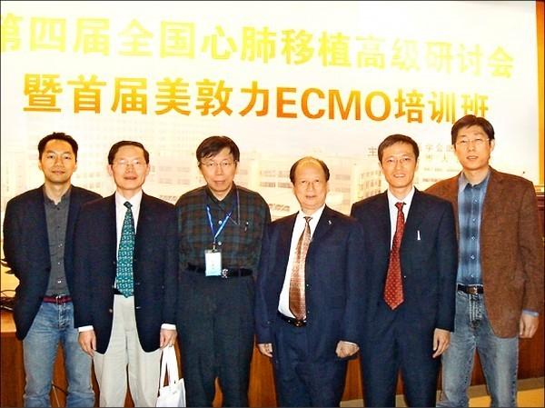 台北市長柯文哲(左三)在2008年到中國參加心肺移植研討會暨葉克膜培訓班;廖崇先(右三);肺移植專家陳靜瑜(右二);張海波(右一)。(資料照,葛特曼提供)