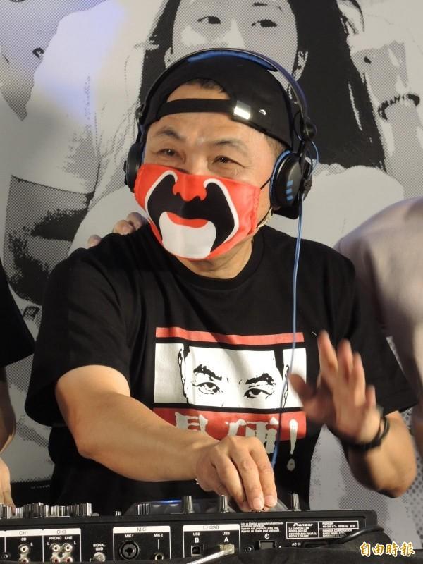 侯友宜戴上「侯大霾罩」,邀請民眾參加週末最硬電音趴。(記者翁聿煌攝)