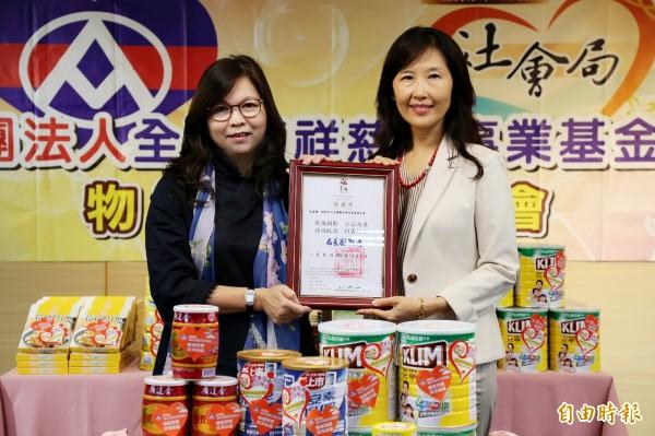 全聯基金會捐贈超138萬元的食品物資給南市社會局,做為照顧弱勢之用。(記者蔡文居攝)