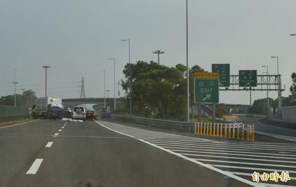 車禍地點就在竹田交流道,整個車道都被堵住。(記者葉永騫攝)