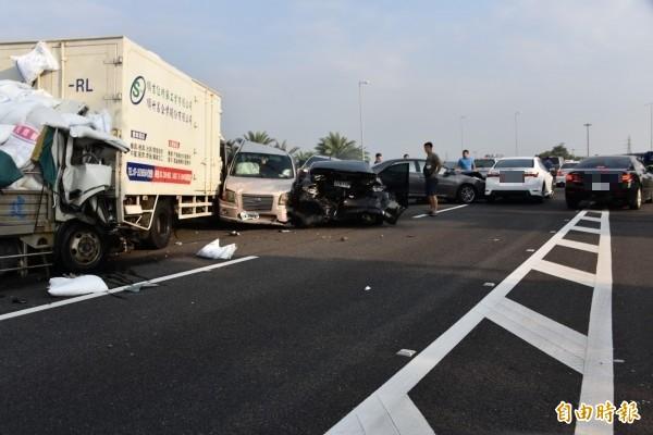 國道3號415公里竹田系統交流道南下車道,今天下午約4點20分發生連環大車禍。(記者葉永騫攝)