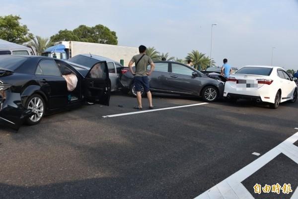 車禍的駕駛跑到外面等待救援。(記者葉永騫攝)