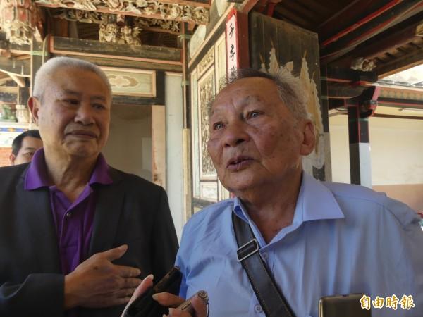 年約八旬的翁卓慶(右)回憶起父親交代返鄉尋根的過程,眼眶泛起淚光。(記者吳正庭攝)