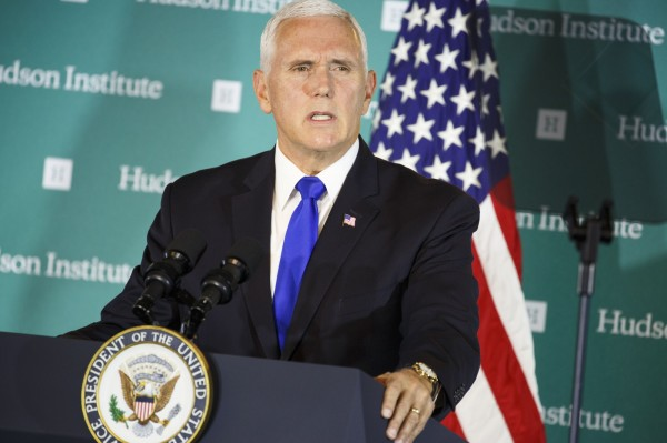 美國副總統彭斯(Mike Pence)4日在美國華府智庫哈德遜研究所(Hudson Institute)發表長篇演說,針對中國大力抨擊。(彭博)