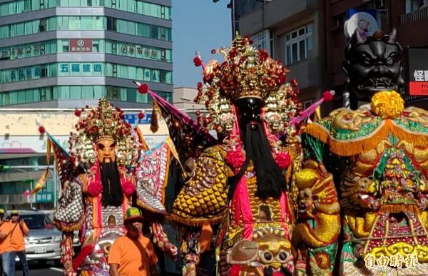 慶祝「北台灣媽祖文化節」,26家宮廟的媽祖們在陣頭、花車的帶領下在桃園區市區遶境。(記者謝武雄攝)