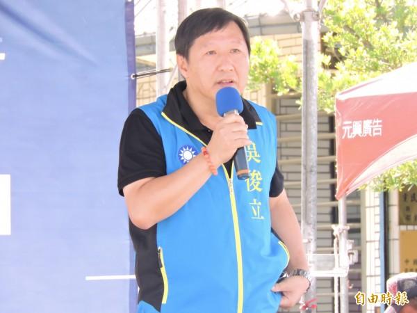 吳俊立力挺國民黨唯一縣長參選人饒慶鈴。(記者張存薇攝)