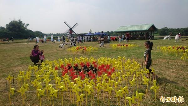 風車裝飾荷蘭印象。(記者楊金城攝)