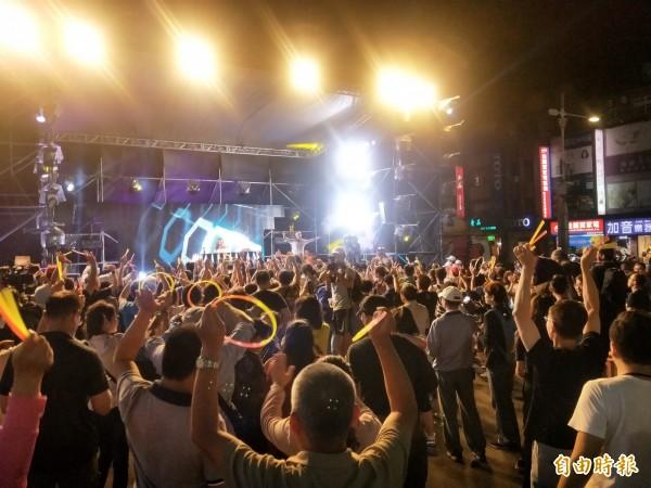 國民黨新北市長參選人侯友宜今晚在「市民總部」舉辦「最硬電音趴」。(記者何玉華攝)