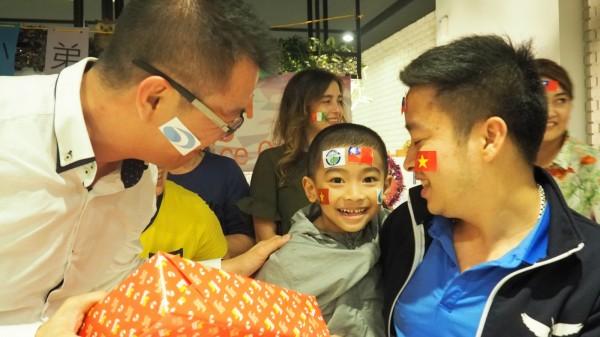 越南劉小弟回國前接受台商和醫院祝福,和爸爸(右)一起感謝台灣。(記者蔡淑媛翻攝)