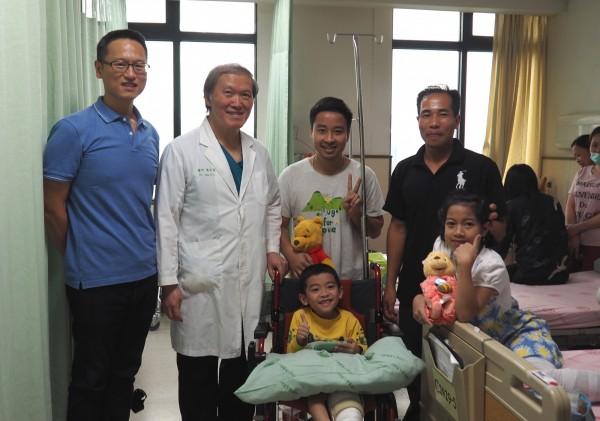 越南劉小弟來台接受醫師陳宏基(左2)治療,援助台商王哲仁來探視。(記者蔡淑媛翻攝)
