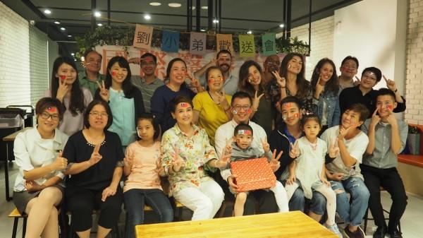 越南劉小弟回國前接受台商和醫院舉辦歡送會祝福。(記者蔡淑媛翻攝)