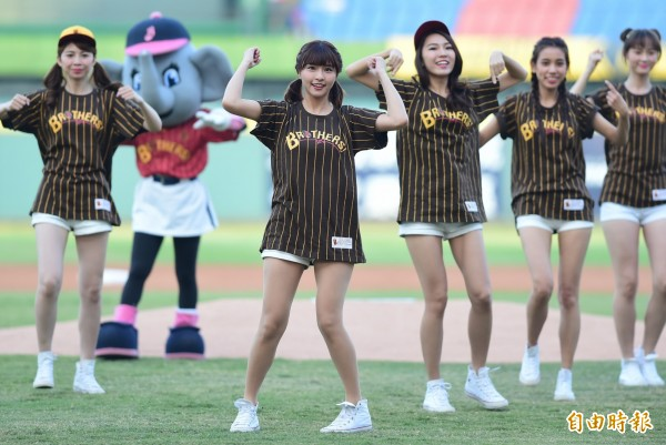 兄弟象專屬啦啦隊成員「峮峮」爆紅後,今晚首度於台中洲際棒球場亮相!(記者廖耀東攝)