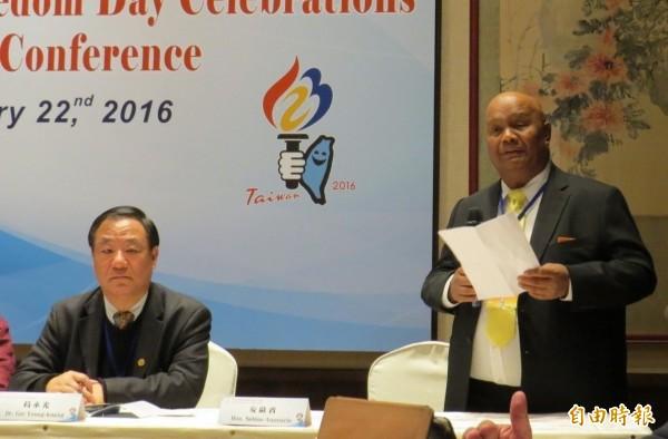 帛琉眾議院議長安薩賓(右)2016年來台參加世界自由日慶祝大會,感謝中華民國長期對帛琉的協助。現在卻傳出,他被問到帛琉是否有可能和中國建交時,認為可能不出2年就會發生變化。(資料照)