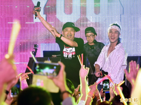 國民黨新北市長參選人侯友宜(左)6日舉辦「市民總部最硬電音趴」,化身「MC YOUYI」登台唱Rap,帶動現場氣氛。(記者廖振輝攝)