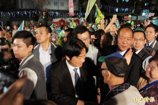 行政院長賴清德與台北市長參選人姚文智一起進入會場。(記者黃建豪攝)