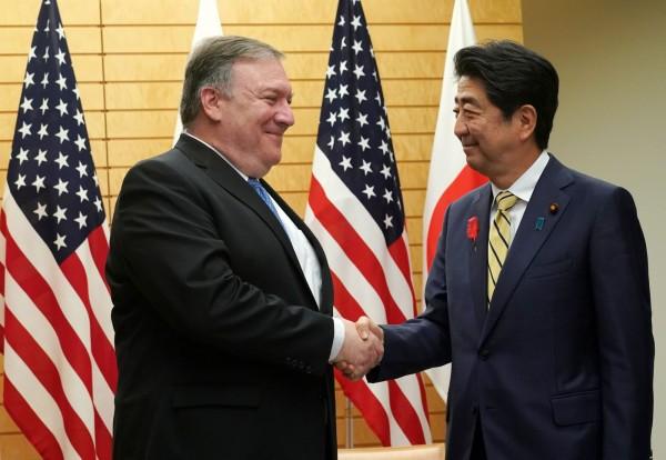 美國國務卿龐皮歐(圖左)與日本首相安倍晉三(圖右)會晤後表示,他將在下次與北韓會談時,提及日本公民遭綁的問題。(法新社)