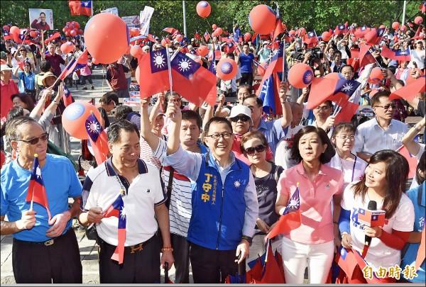 國民黨台北市長參選人丁守中昨日出席「把中華民國撐起來愛國旗」活動,與支持者揮舞國旗唱國歌。(記者簡榮豐攝)