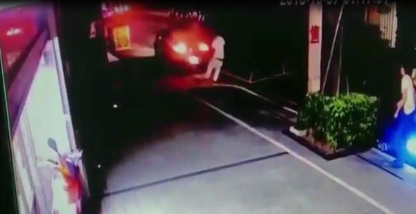 唐男倒車時撞飛一名白衣惡煞。(記者王宣晴翻攝)