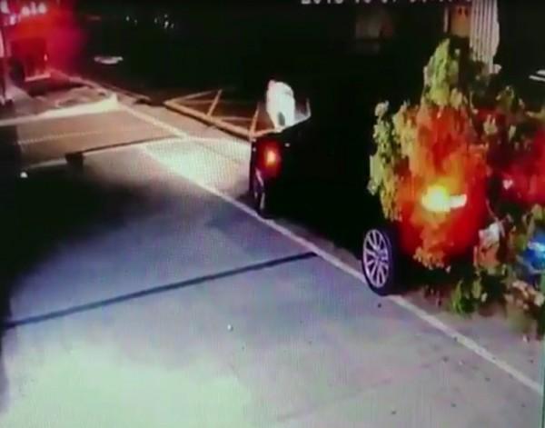 唐男倒車撞倒路樹。(記者王宣晴翻攝)  (來源警方)