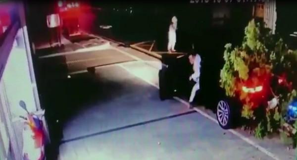 唐男下車逃跑。(記者王宣晴翻攝)
