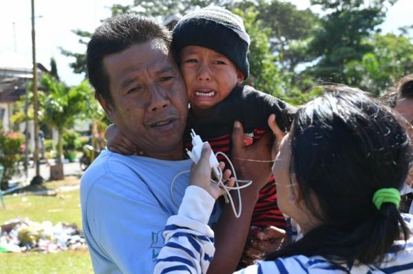 近期印尼強震引發海嘯,造成沿海地區死傷慘重,上千名失蹤,但有1名失蹤的5歲男童(圖中)卻奇蹟生還,為當地帶來好消息。(法新社)