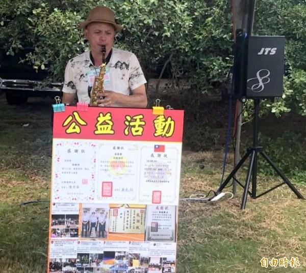 南投縣警察局警官張錫淵熱愛吹薩克斯風做公益,樂當「免錢」的街頭藝人。(記者謝介裕攝)